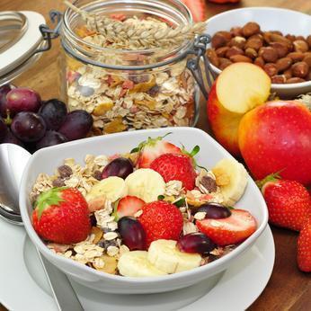 Müsli mit Obst und Nüssen