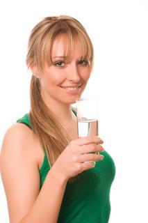 Frau mit Glas Wasser