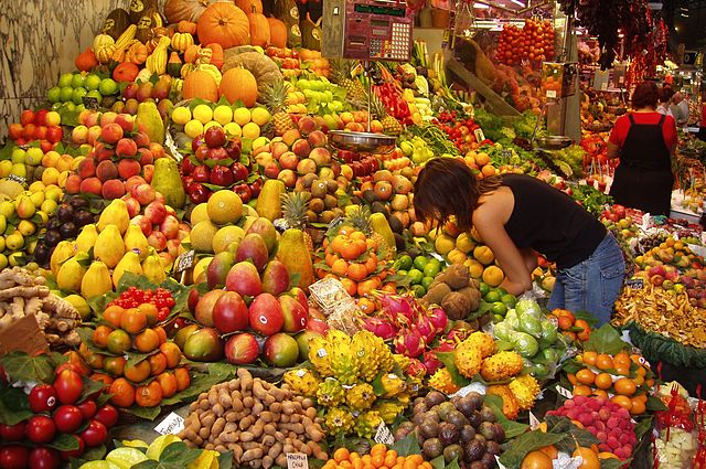 Frau kauft Früchte