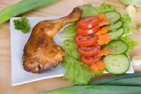 Hähnchenschenkel mit Salat