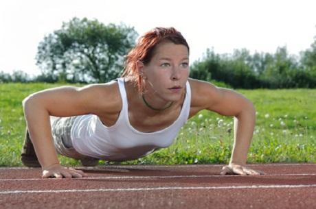 Aufwärmübungen im Fitnesspark absolvieren